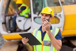 Pekerja proyek menggunakan HT sebagai alat komunikasi. Gambar: fixcomart.com