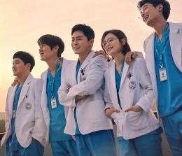 Lima tokoh dalam drama Hospital Playlist 2. Gambar: dok.Netflix via herworld.co.id