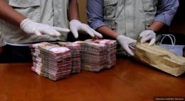 Uang hasil Operasi Tangkap Tangan (OTT) yang kerap menjerat para pejabat | ilustrasi : Okezone.com
