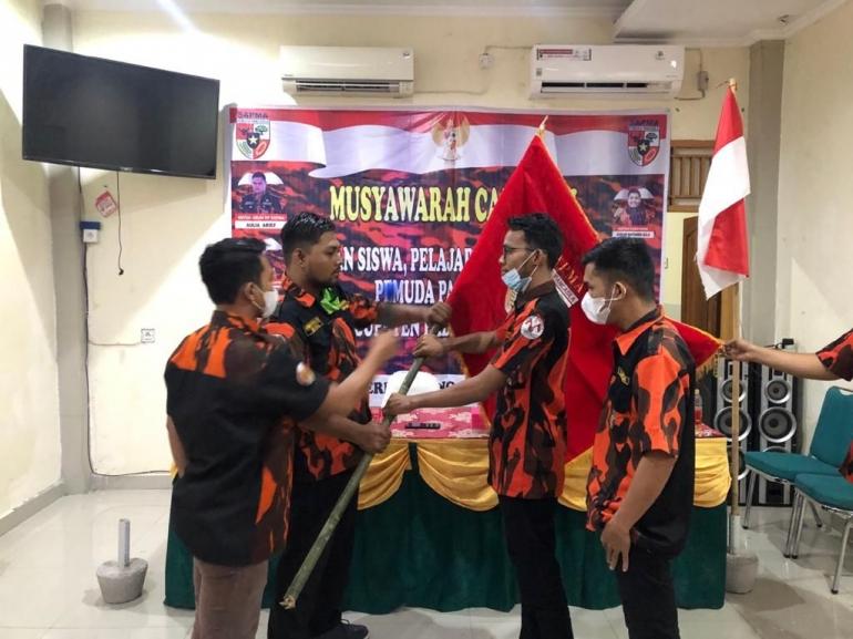 Alfan Raseva menerima bendera Pemuda Pancasila dari Ketua PW Sapma PP Sumbar. (foto dok sesmi)
