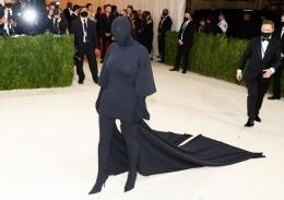 Busana hitam Kim Kardashian di Met Gala 2021. Foto: TPG Images/sry via website kapanlagi