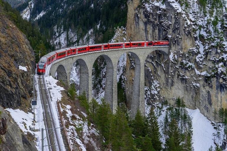 Bernina Express melewati Landwasser Viaduct. Sumber: Pixabay.com/Rahim Allam