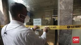 Sebanyak 103 perusahaan di DKI Jakarta disegel lantaran melanggar aturan PPKM Darurat (CNN Indonesia/Andry Novelino)