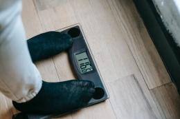 Kelebihan berat badan adalah momok bagi sebagian besar orang. Terutama untuk para puan. (Sumber: Pexel   Andres Aryton)