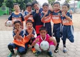 Raka bersama Tim Futsal SDT Al-Farabi, Depok (Foto dokumen pribadi Bapak Hamdani)