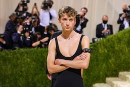 Troye Sivan, Met Gala 2021. Sumber: Theo Wargo/Getty Images