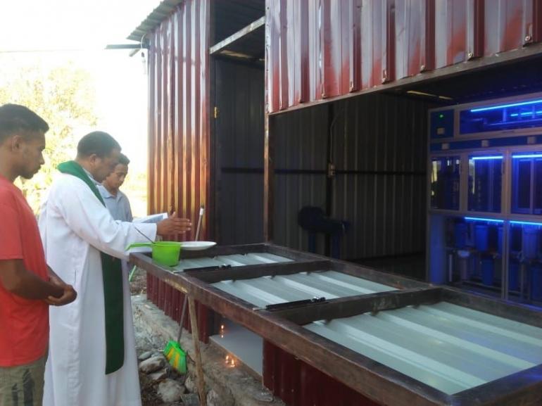 Ketua STP Santo Petrus Keuskupan Atambua, Rm. Dr. Theodorus Asa Siri, Pr memberkati Depot Air Minum kampus, Kamis (17/09/2021)