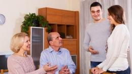 Berbincang dengan calon mertua ataupun mertua bisa menjadi momen menegangkan bagi sebagian orang/Foto: Shutterstock