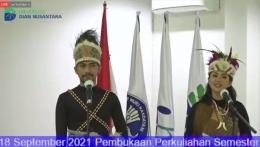 Pakaian adat Papua sebagai bentuk dukungan Pon XX. Dokumen pribadi