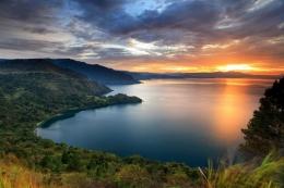 Lanskap Danau Toba (Foto: Shutterstock/franshendrik Tambunan) via kemenparekraf.go.id