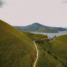 Pemandangan Danau Toba dari Bukit Holbung (Instagram/danau_tobasamosir)