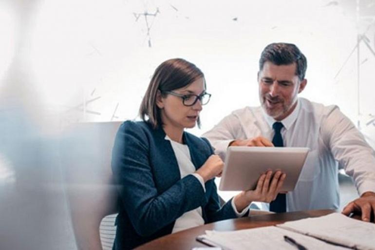 Ilustrasi seorang sedang mengajari rekan kerjanya. Sumber: Kompas.com