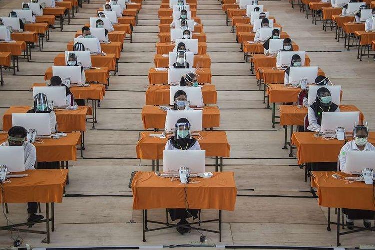 Peserta mengikuti ujian Seleksi Kompetensi Bidang (SKB) Calon Pegawai Negeri Sipil di Surabaya, Selasa (22/9/2020). Badan Kepegawaian Daerah (BKD) Kota Surabaya menggelar ujian SKB yang diikuti 1.142 peserta CPNS dengan menerapkan protokol kesehatan pencegahan Covid-19 secara ketat.(AFP/JUNI KRISWANTO)