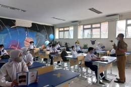 Sejumlah siswa SMP Negeri 8 Tangerang Selatan mengikuti pembelajaran tatap muka (PTM) terbatas di dalam kelas, Senin (6/9/2021).(KOMPAS.com/ Tria Sutrisna)