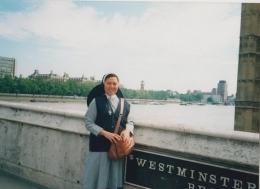di Wesminter Bridge dengan latar belakang sungai Thames ( dok pri )