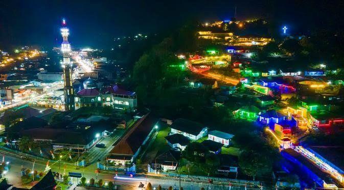Keindahan Kota Parapat di malam hari dengan kampung warna-warni cahaya lampu   ilustrasi : dream.co.id