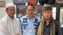 Habib Bahar dan Ryan Jombang ketika berdamai di Lapas Gunung Sindur. Sumber: detik.com