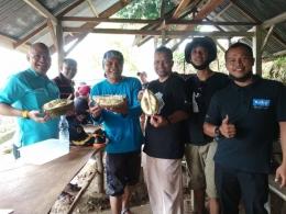 Pak Bambang cs, GM Hotel Kyriad Muraya, mengunjungi desa Genteut, Lhoong menikmati durian