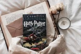 Novel Harry Potter menjadikan J.K. Rowling sebagai penulis novel fantasi terkaya sepanjang sejarah dunia. (Sumber: Via Popbela)