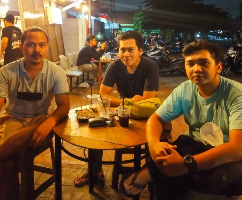Muhammad Iqbal (Kiri), Muhammad Alif Ananda (Tengah), Teuku Muhammad Iqbal Anwar (Kanan), sedang berkunjung ke Surjan Street Coffee & Eatery