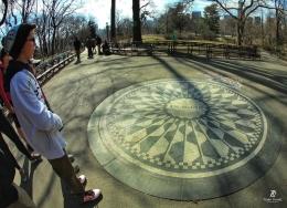 Seorang penggemar Lennon di depan John Lennon Memorial- Central Park. Sumber: dokumentasi pribadi