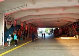 Area terowongan Kendal yang menghubungkan Stasiun MRT Dukuh Atas ke Stasiun KRL Sudirman, selalu diwarnai para pejalan kaki (foto by widikurniawan)
