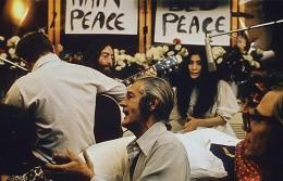 Lennon menyanyikan lagu Give Peace a Chance.Sumber: Roy Kerwood / wikimedia