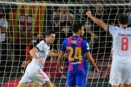 Striker Bayern Muenchen, Robert Lewandowski, berselebrasi usai mencetak gol ke gawang Barcelona pada matchday pertama Grup E Liga Champions 2021-2022. (Foto: LLUIS GENE via kompas.com)