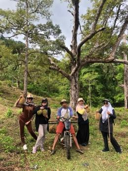 Seorang ojek durian berfose dengan para turis selebgram