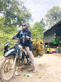 Seorang selebgram berperan seolah-olah ojek durian