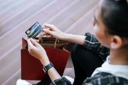 ilustrasi menggunakan kartu kredit (freepik/jcomp)
