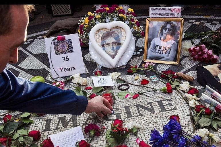 Tribute to John Lennon- Central Park, New York. Sumber: Andrew Burton / Getty/ www.ultimateclassicrock.com