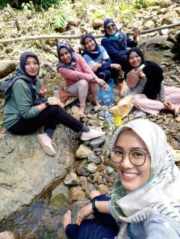 Para turis lokal menikmati paket wisata durian, sedang rehat.