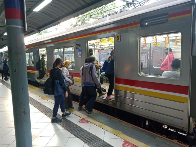 Para pengguna transportasi umum KRL Commuterline (foto by widikurniawan)