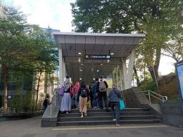 Pintu masuk Stasiun MRT Dukuh Atas, dari sini masih harus dua kali turun tangga hingga ke bawah tanah untuk bisa naik MRT (foto by widikurniawan)