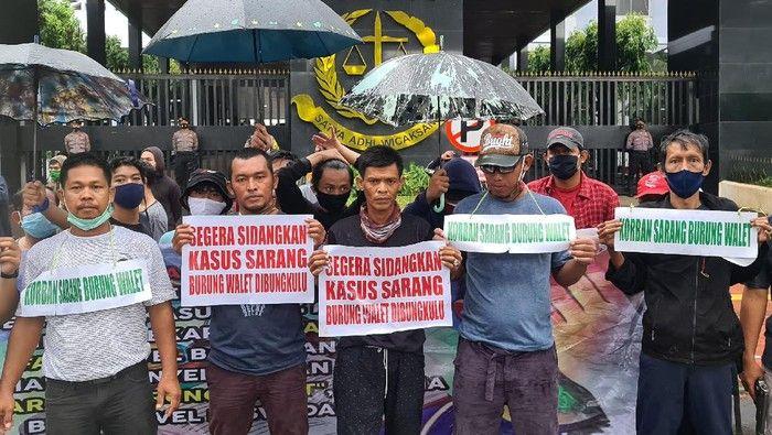 Demo untuk menuntaskan kasus sarang burung walet di depan gedung Kejagung. Sumber: detik.com