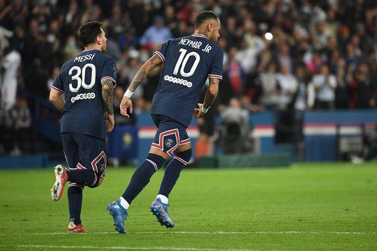 Bintang Paris Saint-Germain, Lionel Messi dan Neymar, merayakan gol ke gawang Olympique Lyon, pada laga lanjutan pekan keenam Liga Perancis di Stadion Parc des Princes, Senin (20/9/2021) dini hari WIB.(AGP/ALAIN JOCARD dipublikasikan kompas.com)