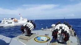 Kapal Perang TNI menghadang kapal penjaga pantai Republik Rakyat China (Gambar:CNBC Indonesia)