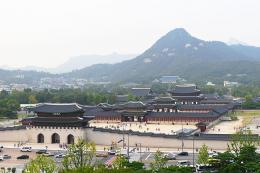ww.en.wikipedia.com/Peta Istana Gyeongbokgung dengan latar belakang Gunung Bugak, salah satu gunung yang mengelilingi kota Seoul