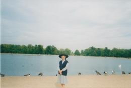 dengan latar belakang danau di Kensington Palace (dokpri)