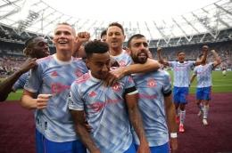 Selebrasi pemain-pemain Manchester United usai menang dramatis atas Wes Ham United di Liga Inggris (19/9)/Foto: Reuters