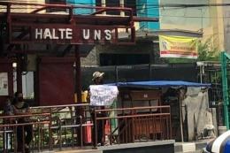 aksi bentang poster kritik dilakukan oleh mahasiswa UNS. sumber : IDN.Times