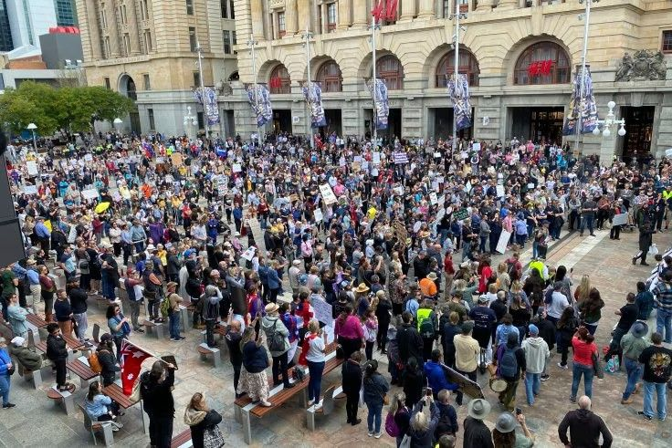 gambar : Protesters gathering at Perth's Forrest Place on Saturday. CREDIT:KELLY HAYWOOD/NINE NEWS PERTH