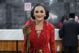 Krisdayanti usai pelantikan anggota DPR, DPD, dan MPR periode 2019 - 2024 pada sidang paripurna di Kompleks Parlemen, Senayan, Jakarta, Selasa (1/9/2019) pagi. (Foto: KOMPAS.COM/KRISTIANTO PURNOMO)