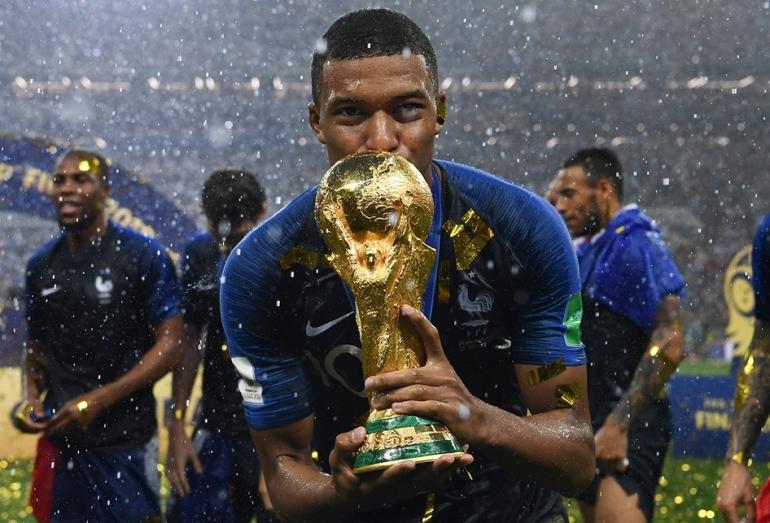 Kylian Mbappe dan trofi Piala Dunia. (foto: AFP PHOTO/FRANCK FIFE via kompas.com)