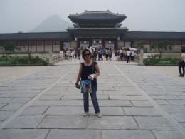Dokumentasi pribadi/Aku dengan latar belakang pintu gerbang Istana Gyeongbokgung, dan samar2 Gunung Bugak, salah satu gunung di seputaran Seoul