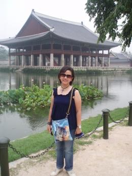 Dokumentasi pribadi/Aku dengan latar belakang Pavilion Gyenghoeru, dari sisi danau.