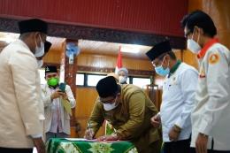 Padang Pariaman Suhatri Bur menandatangani kesepakan dengan Pemuda Muhammadiyah daerah itu. (foto dok humas setdakab padang pariaman)