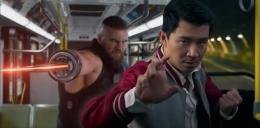 Shang-Chi saat bertarung di dalam bus. Sumber : Screenrant