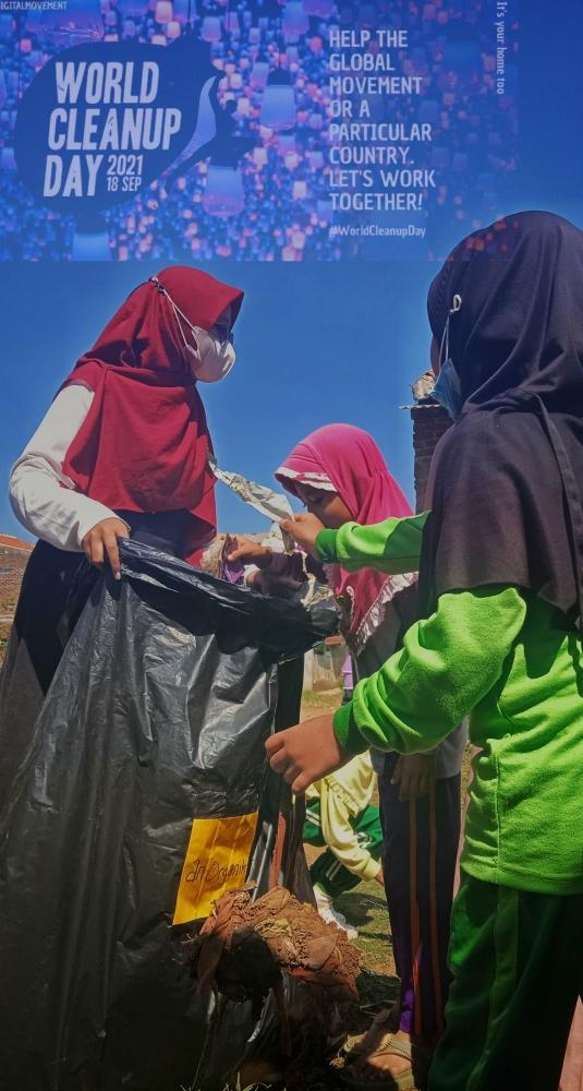 Aksi world clean up day di desa banjir bersama anak sekolah dasar (Muhamad Taufik Ibrahim)